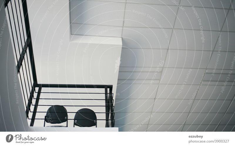 leerer Stuhl im zweiten Stock Muster Detailaufnahme abstrakt Strukturen & Formen Linie Ordnung Design Perspektive modern Fassade ästhetisch Bauwerk Architektur