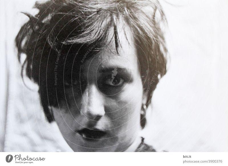 Lippenstift und Augenringe, oder waren es doch noch, die Schatten der Nacht,? Frau Junge Frau Jugendliche feminin Erwachsene Mensch 18-30 Jahre schön Gesicht