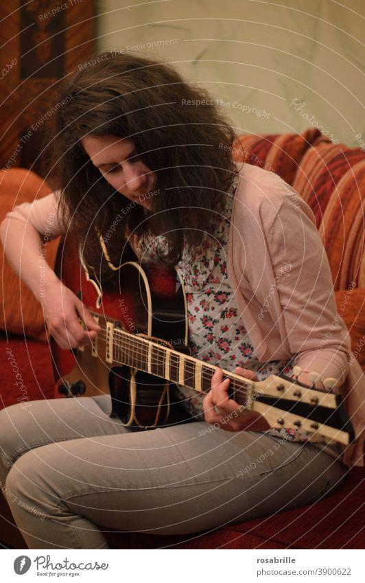 Kunst ist leider nicht | systemrelevant Musik Gitarre Frau Musikerin spielen musizieren Kleinkunst Musikbegleitung akustisch akustische Gitarre Westerngitarre