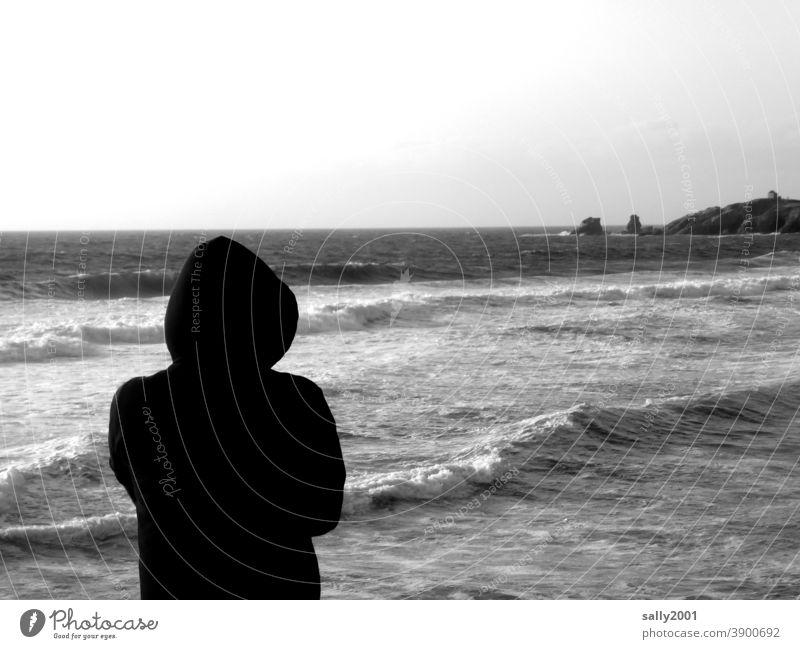 den Weitblick genießen... Meer Küste Ozean Wellen Brandung Gischt Strand Wellengang Urelemente Natur Kraft wild Naturgewalt Wind Mensch beobachten kapuze
