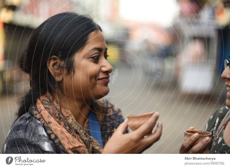 Schöne und junge indische Frauen trinken Tee. Indischer Lebensstil 20-30 Jahre Erwachsener asiatisch schön Schönheit Bengali schwarz brünett lässig Kaukasier
