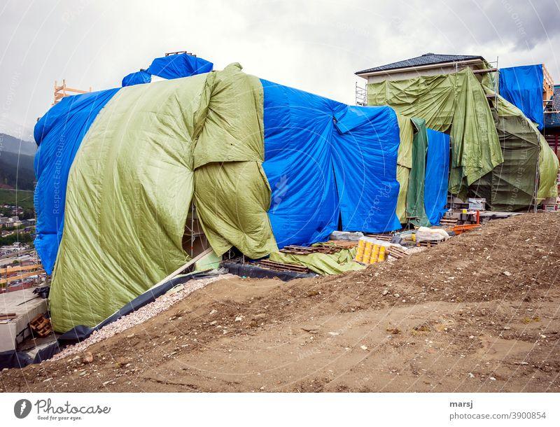 Farbkombination | Baustellenverhüllung mit riesigen Planen verhüllen aufgebläht Kunststoff Abdeckung Schutz Falte grün sicherheit blau stürmisch Sturm