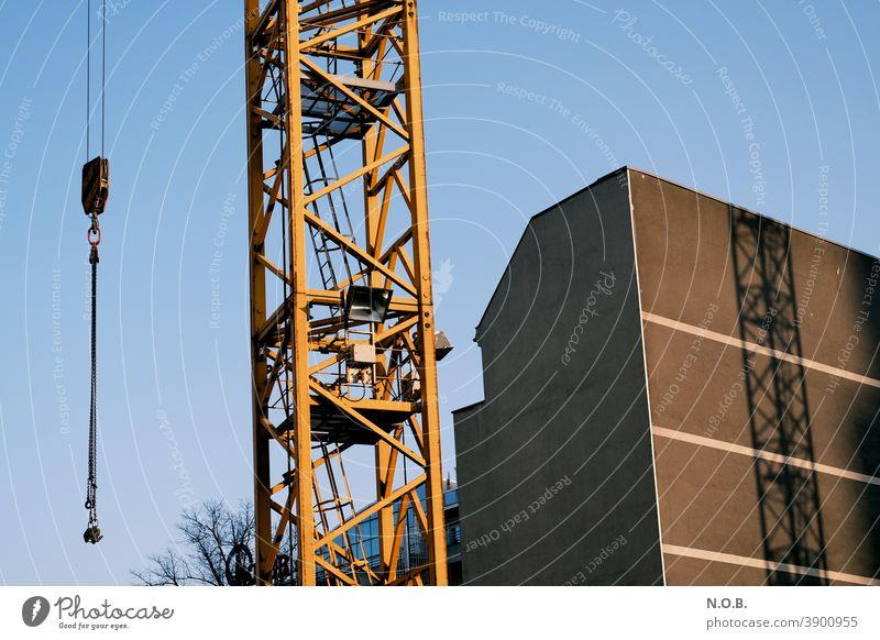 Ausschnitt eines Kran und seines Schattens Baustelle Himmel blau Außenaufnahme Arbeit & Erwerbstätigkeit bauen Arbeitsplatz Wirtschaft Technik & Technologie