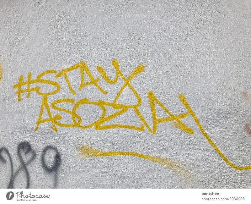 Stay asozial steht auf einer weißen Wand. Graffiti. Social Media. Hashtag. instagram Social media kritik Antisocial Medien Jugendkultur Handy Mobilität Internet