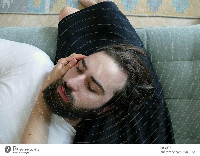 Ein Mann liegt mit dem Kopf auf dem Schoß einer Frau| Teil II sitzen schoß zwei jung Menschen ruhig Erholung Geborgenheit Zusammensein Innenaufnahme Farbfoto