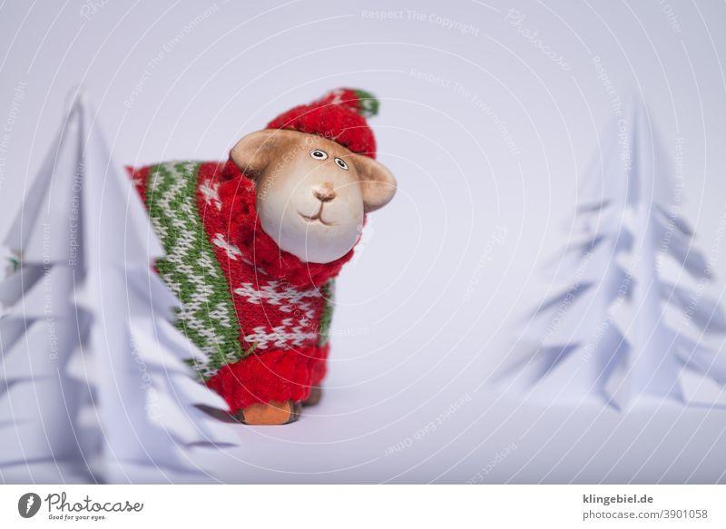 Weihnachtsdekoration - Schaf in einer Winterlandschaft Weihnachten Schnee Tannenbaum Papier Pullover Wolle Wollpullover Wollmütze Mütze Schafswolle Schneedecke
