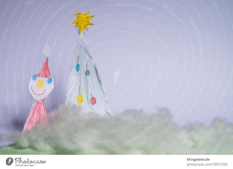 Weihnachtsdekoration und Schneelandschaft aus Watte Weihnachten Baum Tannenbaum Nikolaus Nikolausmütze Schneebedeckte Gipfel Wattewölkchen Wattebausch