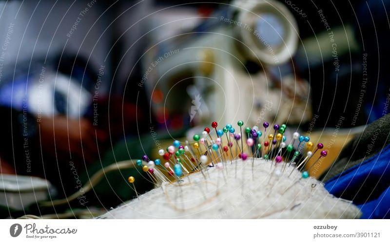 Nähnadel in Nahaufnahme Nadel Nähen Handwerk Nähmaschine Schneidern Detailaufnahme Freizeit & Hobby mehrfarbig Kreativität Arbeit & Erwerbstätigkeit Handarbeit