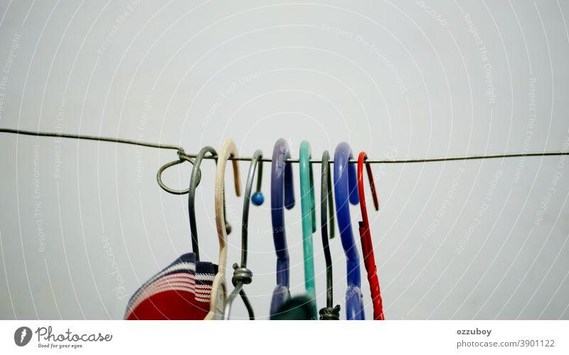 Kleiderbügel in vielen Farben an der Garderobe Mantel Mantellinie Mode Bekleidung Lifestyle Stil Wäscherei Wäscheleine Stoff Wäsche waschen trocknen aufhängen