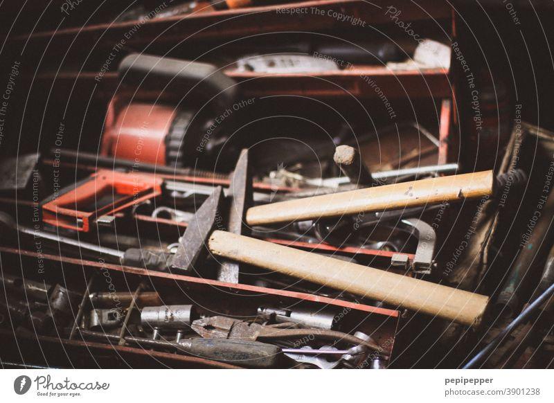 alte Werkzeugkiste Werkzeuge Arbeit & Erwerbstätigkeit Innenaufnahme Beruf Werkstatt Handwerker Freizeit & Hobby dreckig Zange Menschenleer Nahaufnahme