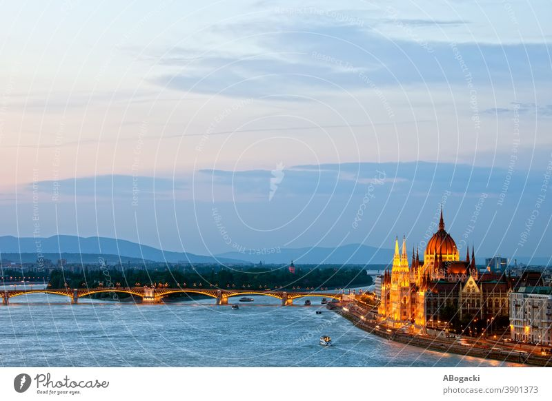Budapest City Evening Stadtbild in Ungarn Parlament Gebäude Nacht Donau Fluss Großstadt Wahrzeichen Denkmal Abenddämmerung Dämmerung magyar Wasser beleuchtet