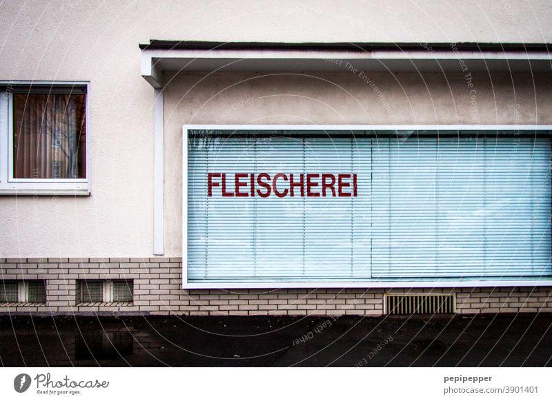 Fleischerei, Schaufenster mit geschlossenen Schalosien Fenster Ladengeschäft Menschenleer Außenaufnahme Haus Fassade trist Gebäude Leerstand Einzelhandel Krise