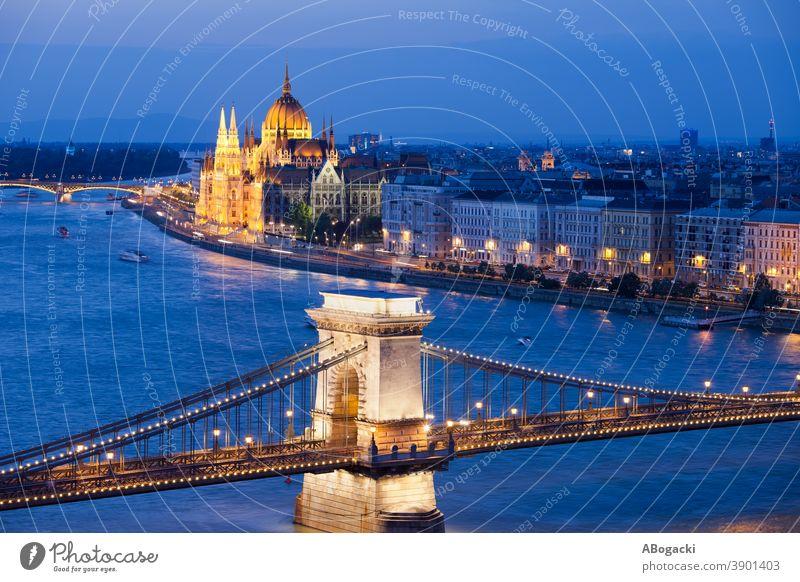 Budapest City Night Stadtbild in Ungarn Parlament Gebäude Nacht Nachtlandschaft Donau Fluss Großstadt Kettenbrücke Brücke Wahrzeichen Denkmal Abenddämmerung