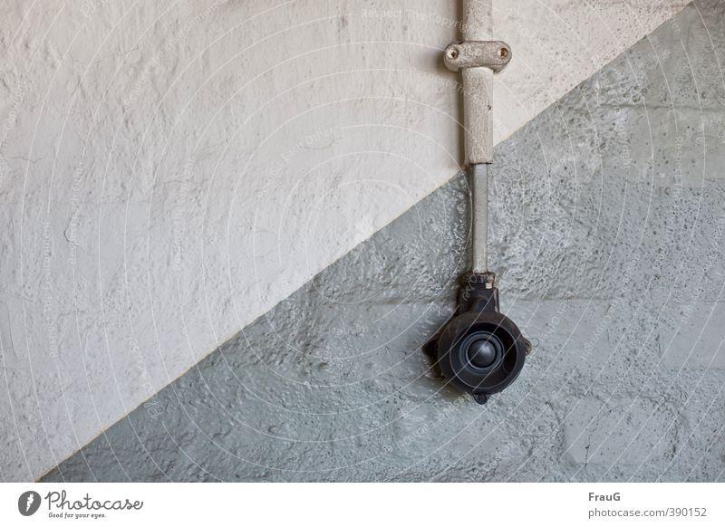 Diagonale alt schwarz Wand Farbstoff Mauer grau Energiewirtschaft Kabel Kunststoff diagonal Klingel