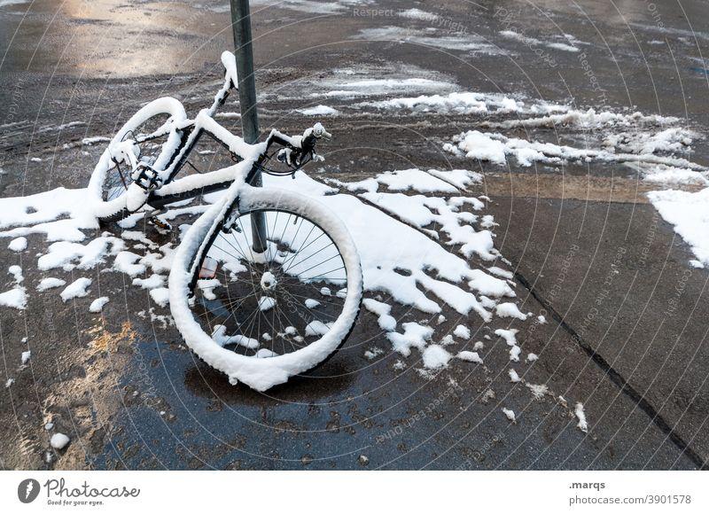 Schneefahrrad Fahrrad Mobilität Winter schneebedeckt parken kalt Stadt Straße Lehnen