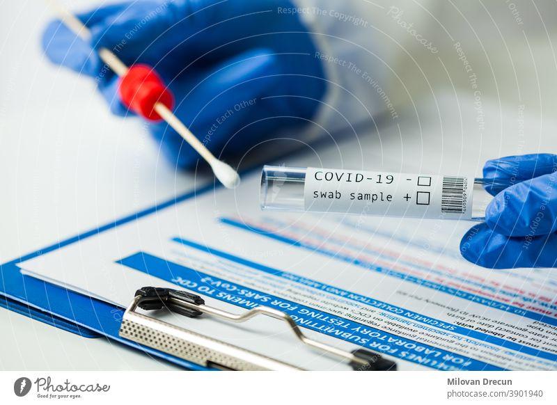 Medizinischer Angestellter mit Coronavirus COVID-19 NP OP Abstrichproben-Testkit, Ausrüstung zur Nasensammlung, CDC-Einreichungsformular, RT-PCR DNA molekulare Nukleinsäure-Diagnoseverfahren mit reverser Transkription