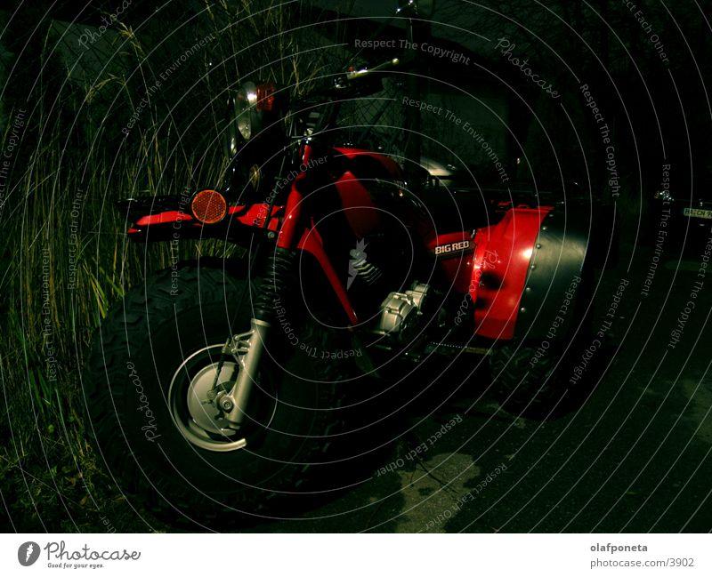Big Red Dreirad Motorrad rot Nacht dunkel Geschwindigkeit gefährlich Verkehr