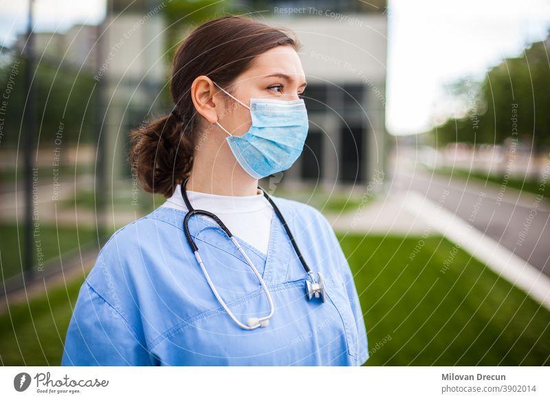 Ernsthafte kaukasische Ärztin schaut mit besorgtem Gesichtsausdruck weg,verlor Hoffnung wegen hoher Sterblichkeitsrate,Coronavirus-COVID-19-Pandemie-Krise,überarbeitete erschöpfte EMS-Mitarbeiterportrait