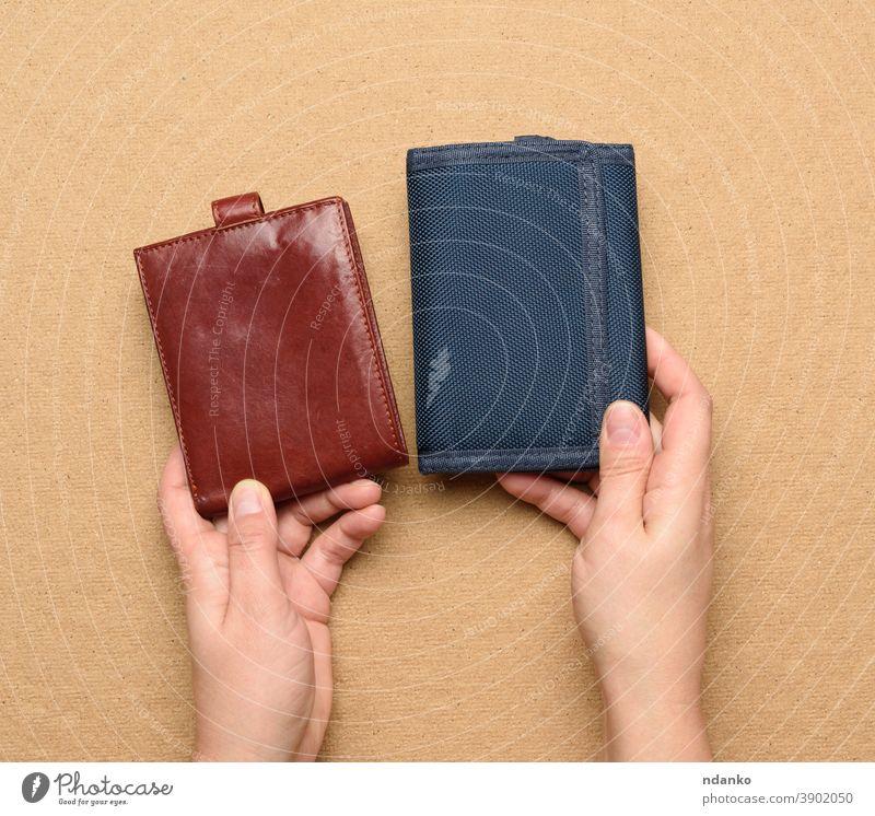 weibliche Hand hält Brieftasche aus Leder und blauem Textil Frau Bargeld Erwachsener braun Business leer Finanzen Halt Geld offen Menschen Tasche Geldbörse