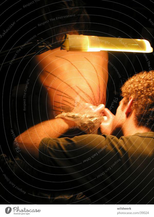 Tattoo 02 stechen Tätowierer Mensch Kunst Kunsthandwerk Vertrauen Tatoo Tatoo-Studio Tattoostudio Schmerz Traurigkeit