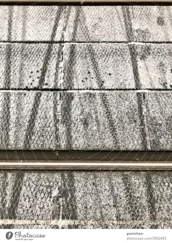 Schnee mit Reifenspuren auf Gleisen. winter schnee reifenspuren tram zug mobilität Straße Verkehrswege