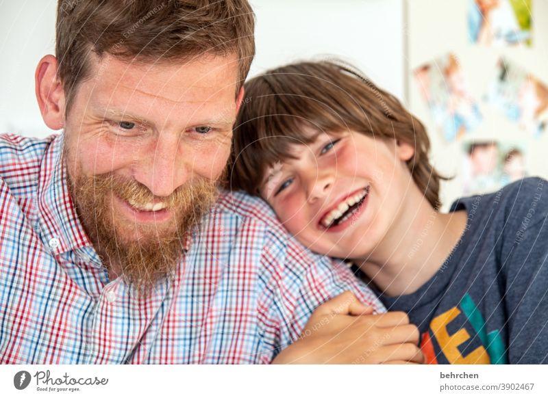 systemrelevant | glückliche kinder! Glück Fröhlichkeit lachen zuhause zuhause bleiben Kind Junge Eltern Vater Familie & Verwandtschaft Kindheit Gesicht Mund