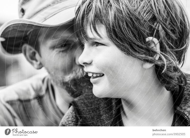 zweisam Freude Sicherheit Zufriedenheit Kindheit Außenaufnahme Hoffnung nähe Zuneigung Kontrast Vater Eltern Familie & Verwandtschaft Zusammensein Vertrauen