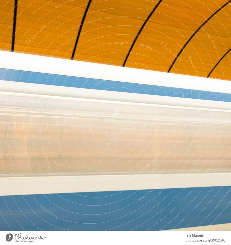 U-Bahn U-Bahnstation U-Bahntunnel Geschwindigkeit urban Urbanisierung Stadt Berlin München blau gelb weiß schnell vorbei Verkehr Bahnhof Station Bewegung Tunnel