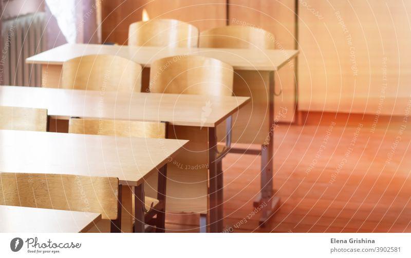 Leere Schulklasse. Schulbänke und Stühle, zurück zur Schule. Schreibtisch Klassenraum Universität leer Aula Hintergrund Schulzimmer Bildung Stuhl Tisch lernen