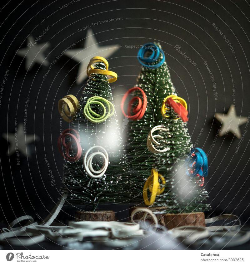 Gummibänder | Weihnachten tannenbaum künstlich bunt elastisch Sterne Kunstbäume schwarzer Hintergrund Weihnachtsbaum dunkel Grün festlich