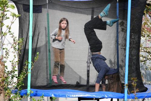 Trampolinisten Luftsprung blond Kind Spaß Mädchen hoch schwofen Freude springen lachen Freizeit jung
