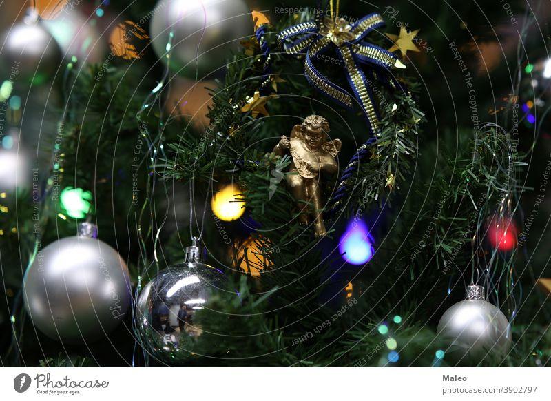 Schöne helle Spielsachen hängen am Baum Weihnachten schön Feier Dekoration & Verzierung festlich Feiertag Winter Hintergrund Design erhängen Ball Farbe Dezember