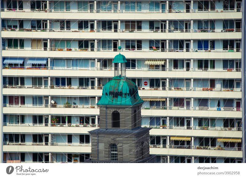 Alt trifft Jung und Modere. Altes Gebäude steht im Kontrast zu Moderner Wohnen. Berlin Mitte. Blick vom Dom. hochhaus perspektive Architektur Perspektive