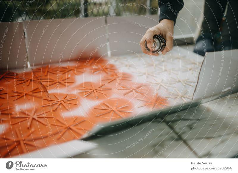 Malen mit Spray Gemälde Anstreicher streichen Künstler Kunst mehrfarbig Farbfoto Kreativität Graffiti zeichnen Farbe Menschenleer Innenaufnahme Papier Kunstwerk