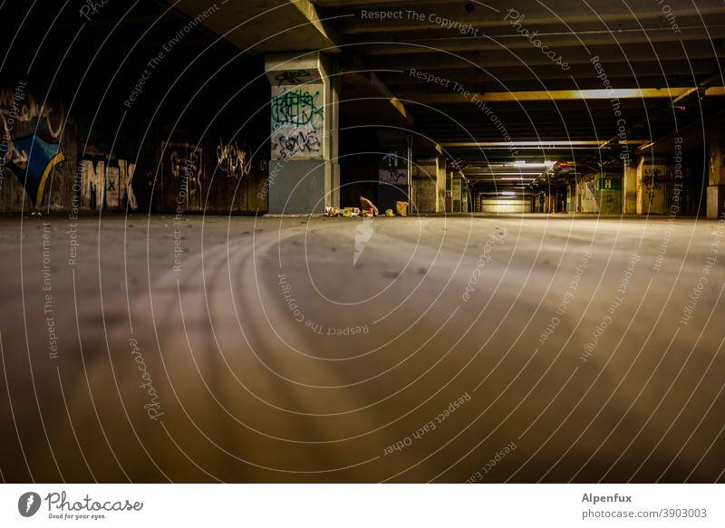 Trash 2020   4spurig Tiefgarage Garage Parkhaus Licht dunkel Asphalt Staub Beton Parkplatz Parkdeck grau Menschenleer Einsamkeit Graffiti Müll parkgarage
