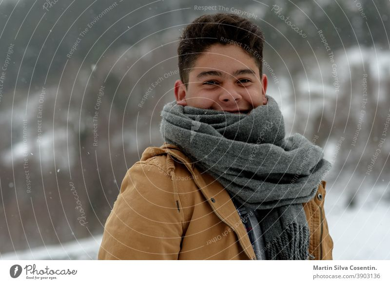 Junger Mann lächelnd im Schnee in Andorra saisonbedingt selbstbewusst Freiheit modern trendy Resort Freizeit natürlich Pose Körperhaltung sich[Akk] entspannen