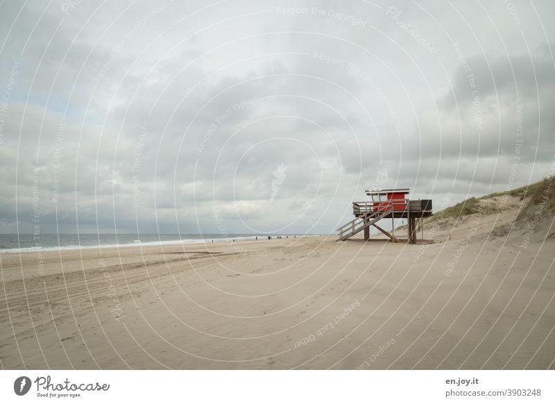 Rotes Rettungshäuschen am Strand von Sylt Meer rettungsschwimmerhäuschen Hütte Rettungsturm Dünen Himmel Wolken bedeckt Ferien & Urlaub & Reisen Nordsee