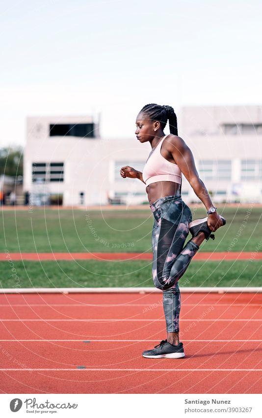 Athletin Sprinterin streckt ihre Beine Kontrolle Rennen laufen Konkurrenz Leichtathletik wettbewerbsfähig bereit Linie Anfänge konkurrieren Wettbewerber