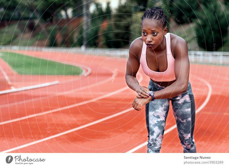 Athlet Sprinter, der beim Laufen auf die Uhr schaut Kontrolle Zeit Zeitpunkt zuschauen Rennen laufen Konkurrenz Leichtathletik wettbewerbsfähig bereit Linie