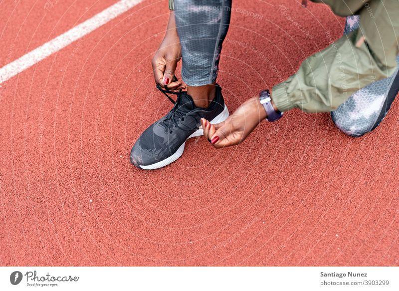 Athletin Sprinterin bindet ihre Schuhe Start Rennen Konkurrenz Leichtathletik wettbewerbsfähig bereit Linie Anfänge konkurrieren Wettbewerber olympisch