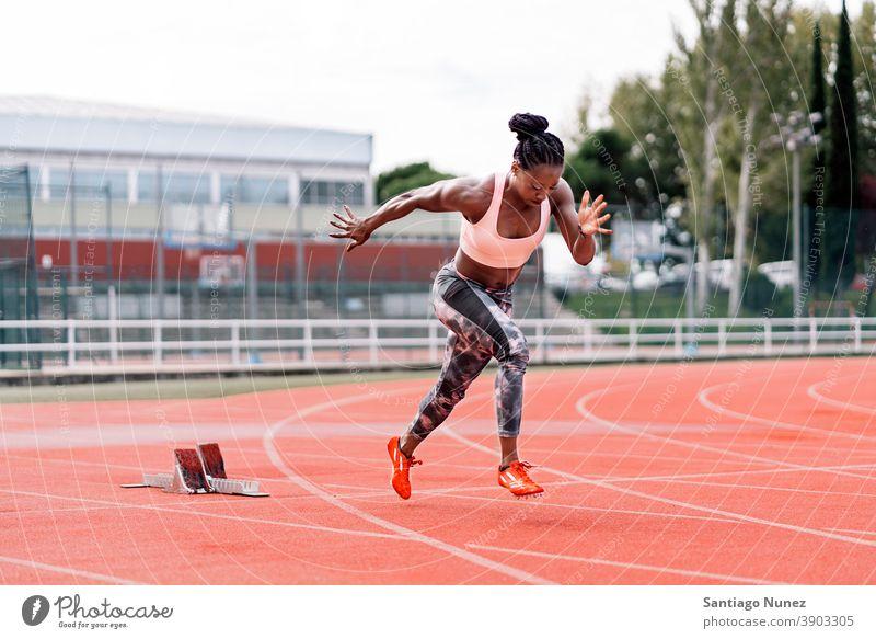 Athlet Sprinter Laufen Kontrolle Rennen laufen Konkurrenz Leichtathletik wettbewerbsfähig bereit Linie Anfänge konkurrieren Wettbewerber olympisch Olympiade