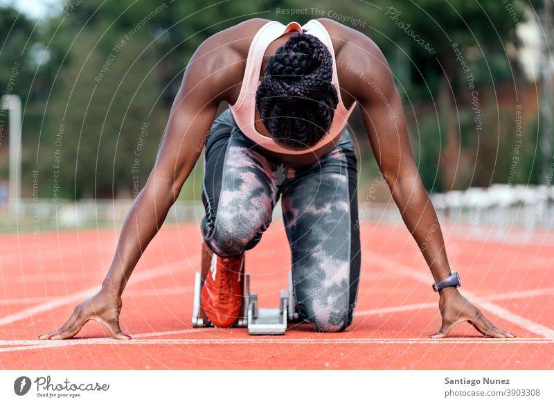 Sportler Sprinter in Startposition Rennen Konkurrenz Athlet Leichtathletik wettbewerbsfähig bereit Linie Anfänge konkurrieren Wettbewerber olympisch Olympiade