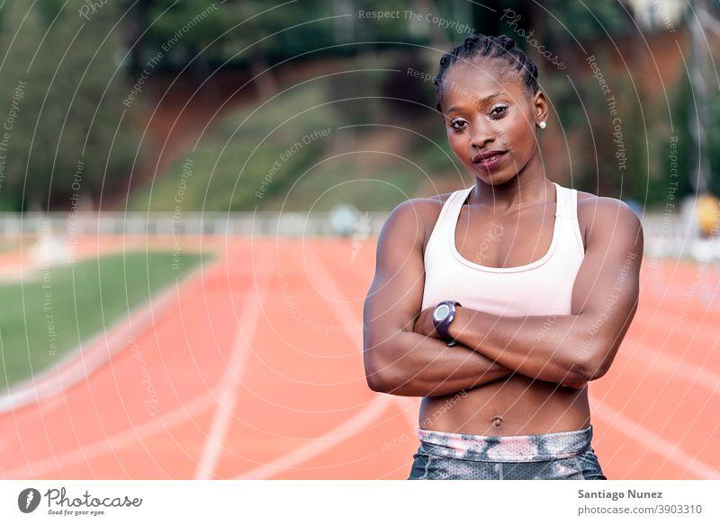 Athlet Sprinter schaut in die Kamera Kontrolle Rennen laufen Konkurrenz Leichtathletik wettbewerbsfähig bereit Linie Anfänge konkurrieren Wettbewerber olympisch