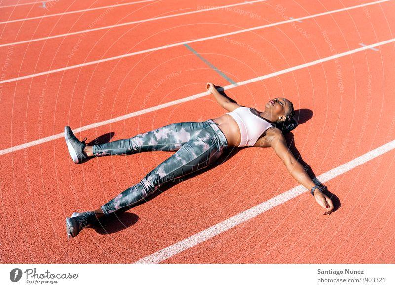 Athlet Sprinter liegend Start Rennen Konkurrenz Leichtathletik wettbewerbsfähig bereit Linie Anfänge konkurrieren Wettbewerber olympisch Olympiade laufen Sport
