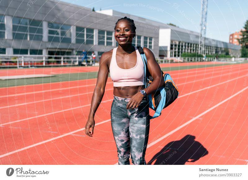 Athlet Sprinter läuft mit Trainingstasche Befriedigung laufen beenden Lächeln Schulter Rennen Konkurrenz Leichtathletik wettbewerbsfähig bereit Linie