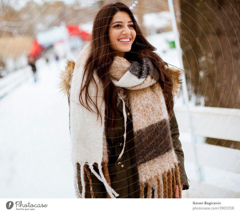 Junge Frau im Winterpark Erwachsener attraktiv schön Schönheit lässig Kaukasier Weihnachten kalt cool Gesicht Mode Frost Spaß Mädchen Fröhlichkeit Glück Hut