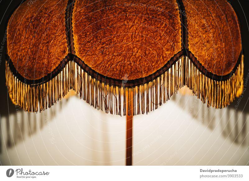 Retro-Stehlampe in dunklem Raum Lampe leuchten Schatten dunkel Stehleuchte retro altmodisch altehrwürdig Stil orange Gewebe Innenbereich heimwärts Dekor kreativ