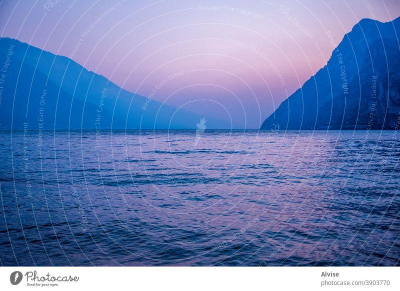 vor Sonnenuntergang Sommer Italien See Garda Himmel Natur Landschaft schön Ansicht Wasser Tourismus blau reisen malerisch im Freien Küste Wolken