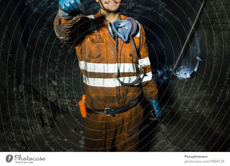 Bergmann lächelt im Bergwerk Mine Bergarbeiter Arbeiter Kohle Mann Sicherheit unterirdisch professionell Schutzhelm Business Maschinenbau hart industriell Wehen
