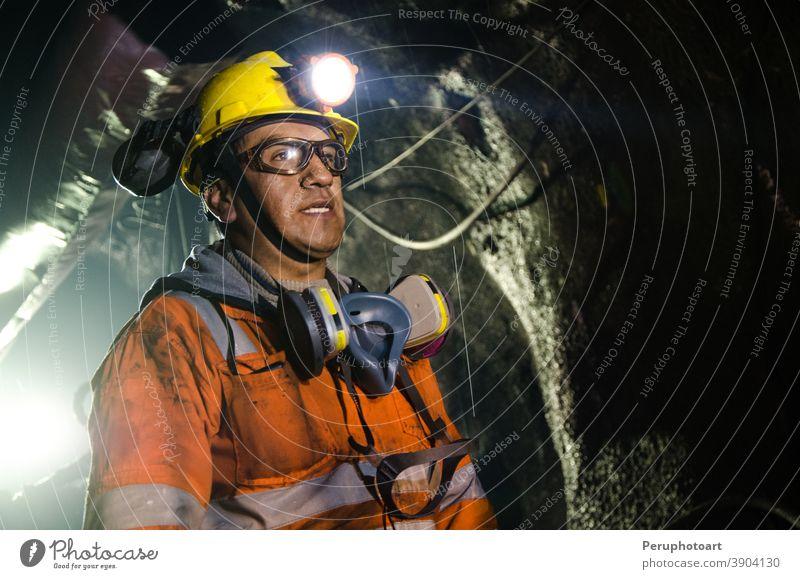 Bergmann in der Mine Bergarbeiter Arbeiter Kohle Mann Sicherheit unterirdisch professionell Schutzhelm Business Maschinenbau hart industriell Wehen männlich
